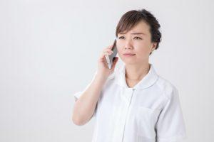 電話をする看護師